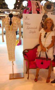Lidia Lozano dans la vitrine de l'entreprise de mode tauromachique TrajedeTorero