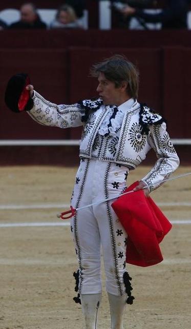 El Cordobés vistiendo un traje de torero picassiano